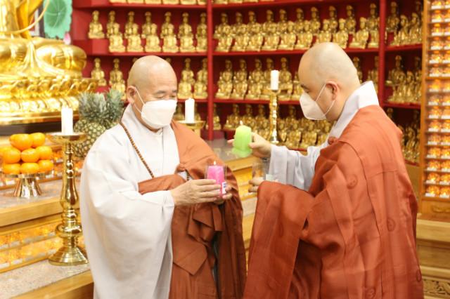 기도 정진에 앞서 선묵혜자 스님과 성진 스님이 평화의 불을 나누고 있다.JPG